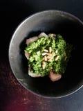 Ricotta Gnocchi mit Pesto- und Kiefernnüssen in der schwarzen Schüssel Stockfotos