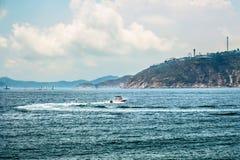 Ricreazione attiva di vacanza o di fine settimana Sport acquatico di superficie Vista sul mare, paesaggio Priorit? bassa della na fotografie stock libere da diritti
