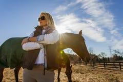 Rid- modell och hästar Royaltyfri Fotografi