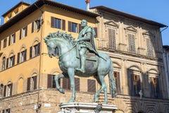 Rid- monument av Cosimo I i Florence, Italien royaltyfri fotografi
