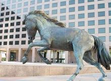 Rid- skulptur på kontorsbyggnad Royaltyfri Foto