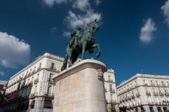 Rid- staty av Carlos III på Plazadel Sol Square i Madri fotografering för bildbyråer