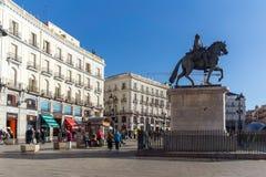 Rid- staty av Carlos III på Puerta del Sol i Madrid, Spanien royaltyfri foto