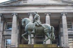 Rid- staty av Charles II i den squar mitten av parlamentet Arkivbild
