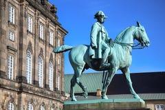 Rid- staty av kristen IX nära den Christiansborg slotten, Co Arkivfoton