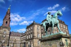 Rid- staty av kristen IX nära den Christiansborg slotten, Co Fotografering för Bildbyråer