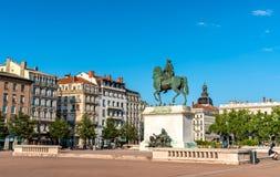 Rid- staty av Louis XIV på stället Bellecour i Lyon, Frankrike arkivfoton