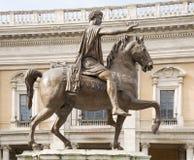 Rid- staty av Marcus Aurelius på Kapitoliumfyrkanten rome Arkivbild