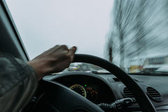 Rida bak hjulet av en bil i vinter Arkivbild