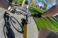 Rida cykeln parkera in med ungar POV Fisheye Royaltyfria Bilder