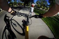 Rida den cykelFisheye sikten pov som in cyklar, parkera ungar Fotografering för Bildbyråer