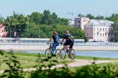 Rida en cykel i den soliga staden för sommar parkera arkivfoton