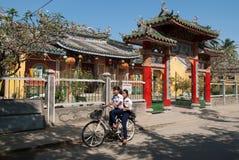 Rida en cykel i Hoi, Vietnam Royaltyfria Bilder