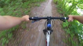Rida en cykel i träna på en grusväg lager videofilmer