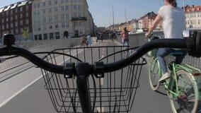 Rida en cykel POV arkivfilmer