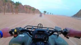 Rida en kvadrat i öknen av Egypten F?rsta-personen besk?dar Rider ATV-cykeln stock video