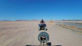 Rida en kvadrat i öknen av Egypten F?rsta-personen besk?dar Rider ATV-cykeln arkivfilmer