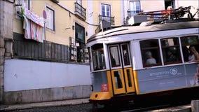 Rida en Lissabon spårvagn stock video