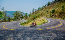 Rida en motorcykel på vägen Fotografering för Bildbyråer