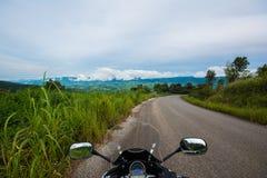 Rida en motorcykel på vägen, Thailand Arkivfoton
