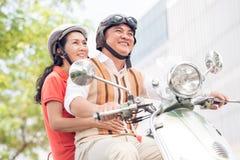 Rida en sparkcykel Fotografering för Bildbyråer