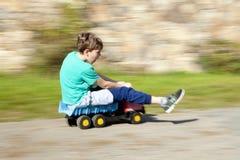 Rida för pojke som är sluttande royaltyfri foto