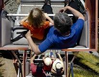 Rida Ferris Wheel och se ner på andra ryttare Fotografering för Bildbyråer
