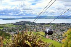 Rida gondoler ovanför Rotorua, Nya Zeeland royaltyfri foto