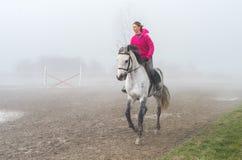 Rida i dimman Royaltyfri Fotografi