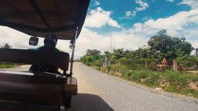 Rida i en Tuk Tuk med en kambodjansk chaufför stock video