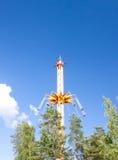 Rida i rörelse på nöjesfältet på bakgrund för blå himmel Royaltyfria Foton
