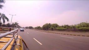 Rida med en taxi på det yttre landet av Mumbai [stabilisering; Värme profilen], stock video