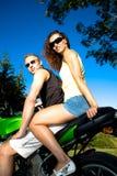 Rida motorcykeln Arkivfoto