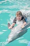 Rida på en delfin 2 Arkivbild