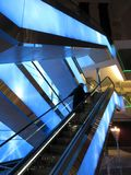 Rida rulltrappan i en shoppinggalleria arkivfoton