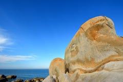 Rida ut granit vid sjösidan arkivbilder