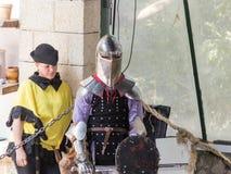 Riddare - deltagaren i festival`-riddarna av Jerusalem ` står på listan i förväntan av en duell i Jerusalem, Israel Arkivbild
