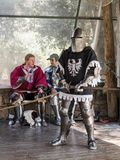 Riddare - deltagaren i festival`-riddarna av Jerusalem ` står på listan i förväntan av en duell i Jerusalem, Israel Royaltyfri Bild