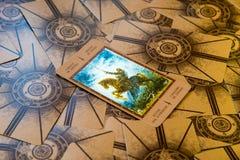 Riddare för tarokkort av spadar Labirinth tarokdäck esoterisk bakgrund Arkivfoto