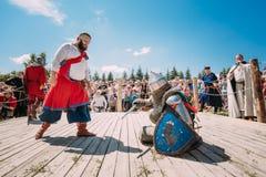 Riddare i kamp med svärdet Återställande av Royaltyfri Fotografi