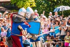 Riddare i kamp med svärdet Återställande av den ridderliga striden Fotografering för Bildbyråer