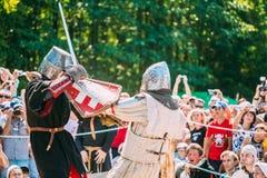 Riddare i kamp med svärdet Återställande av den ridderliga striden Royaltyfria Bilder
