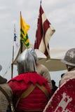Riddare med silverhjälmar och sköldar som placeras på stol Royaltyfri Foto