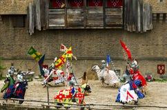 Riddare med spjut som cirklar den Sainte prästkragen i nöjesfältet av Puy du fou, Frankrike Royaltyfri Fotografi