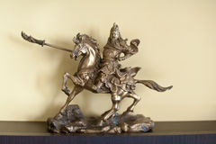 Riddare på hästryggminiatyren Metallisk riddare som rymmer ett svärd på baksidan av en häst Arkivfoto