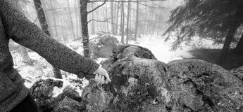 Riddaren tar bort det magiska Excalibur svärdet i stenen Fotografering för Bildbyråer