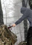 Riddaren tar bort det magiska Excalibur svärdet i stenen Arkivfoto