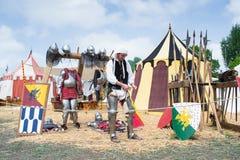Riddaren visar delarna av medeltida harnesk royaltyfri foto