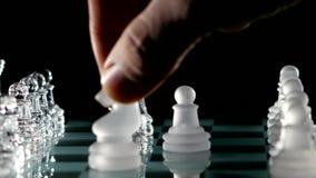Riddares flyttning i schack på svart bakgrund arkivfilmer
