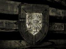 Riddaresköld på väggen svart white fotografering för bildbyråer
